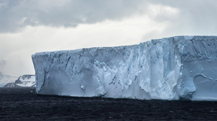 Year ago from Antarctica broke off a huge iceberg. What happened to him during this time?
