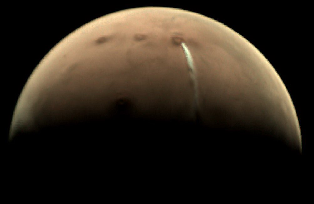 Scientists observe a strange cloud on Mars