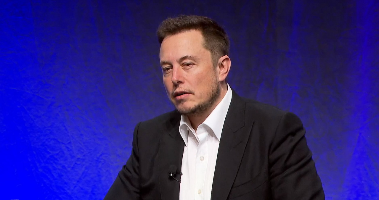 At the investors ' Elon Musk has tried to explain his concerns about AI