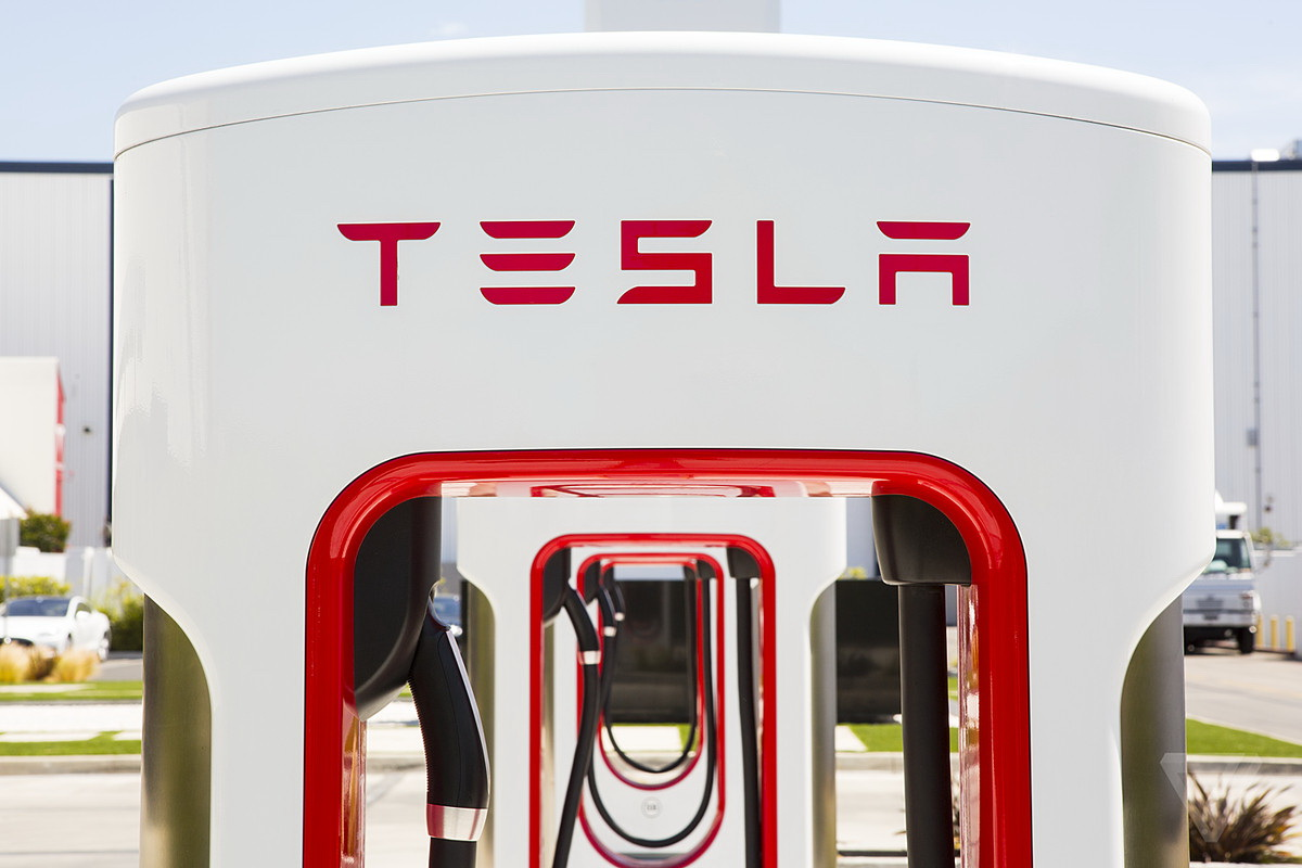 The new station Tesla Supercharger V3 reduce the charging time of electric cars in half