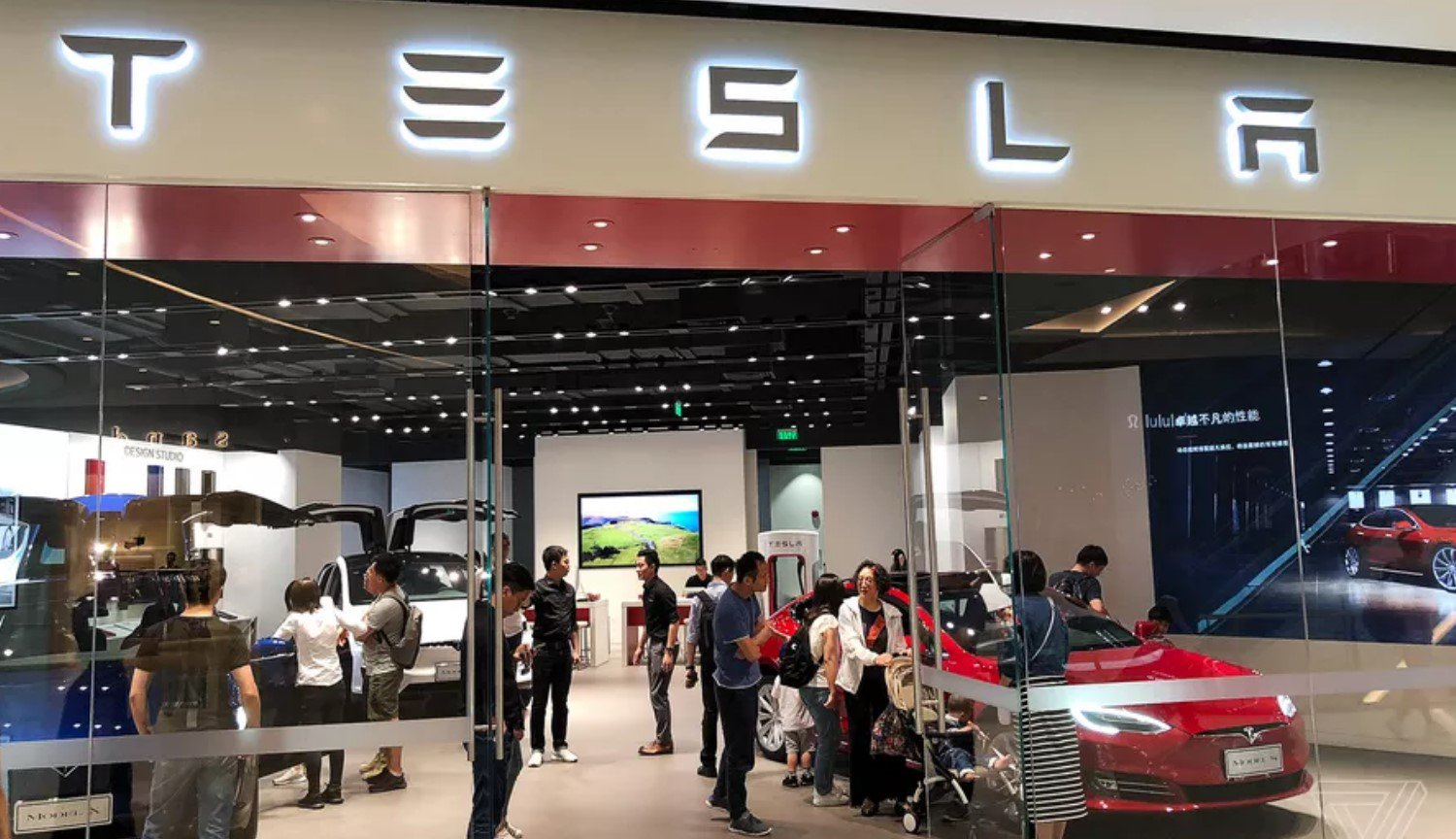 Tesla decided to close all retail stores, but it will have to pay the buyers